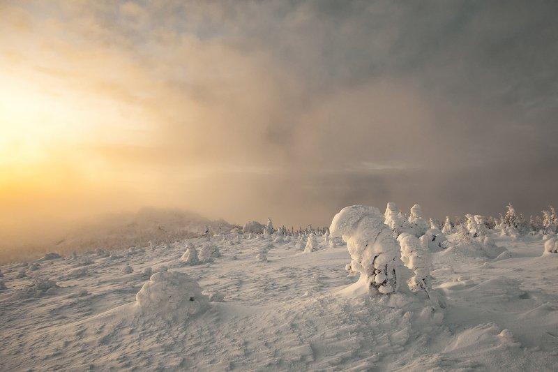 Таганай, восход, фотографсрюкзаком Восход сквозь мглуphoto preview