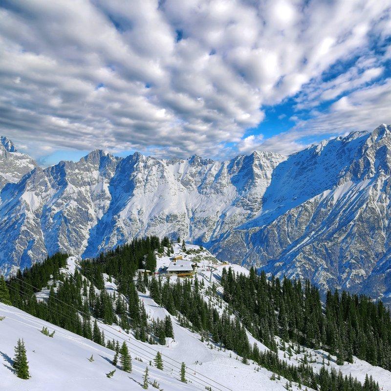альпы Зимние лыжи под сказочным небом.photo preview
