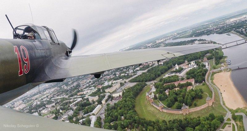 самолет, ил2, сверху, великий новгород Штурмовик Ил-2 пролетает Новгородский кремльphoto preview