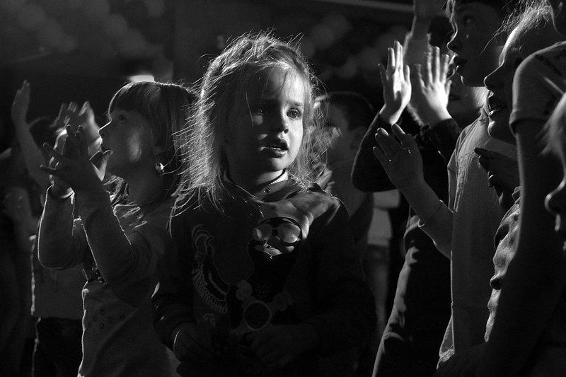 девочка, взгляд, чб, апатиты, танцы На детской дискотекеphoto preview