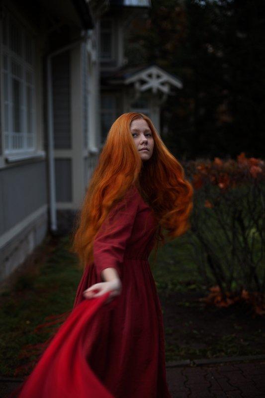 портрет волосы движение красное платье Скандинавия.photo preview