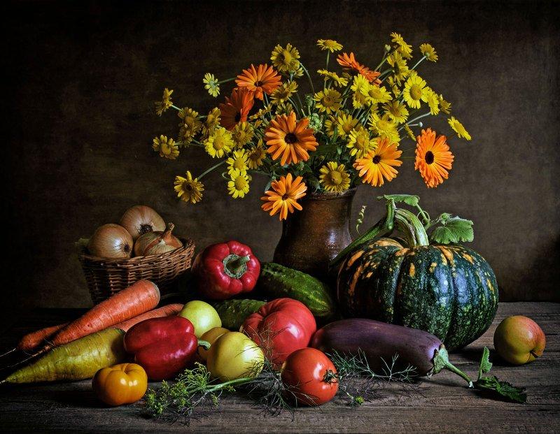 натюрморт, цветы, корзинка, овощи, кринка, букет, тыква, морковь, яблоки, петрушка, укроп, томаты, огурцы, лук, чеснок, баклажан, перец, кринка, Щедрая осеньphoto preview