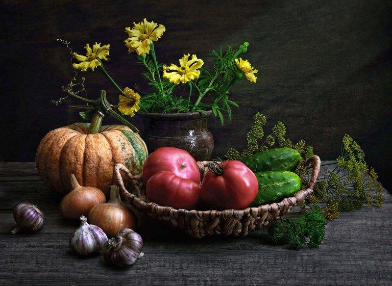 натюрморт, цветы, овощи, кринка, букет, тыква, петрушка, томаты, огурцы, лук, чеснок, корзинка Овощиphoto preview