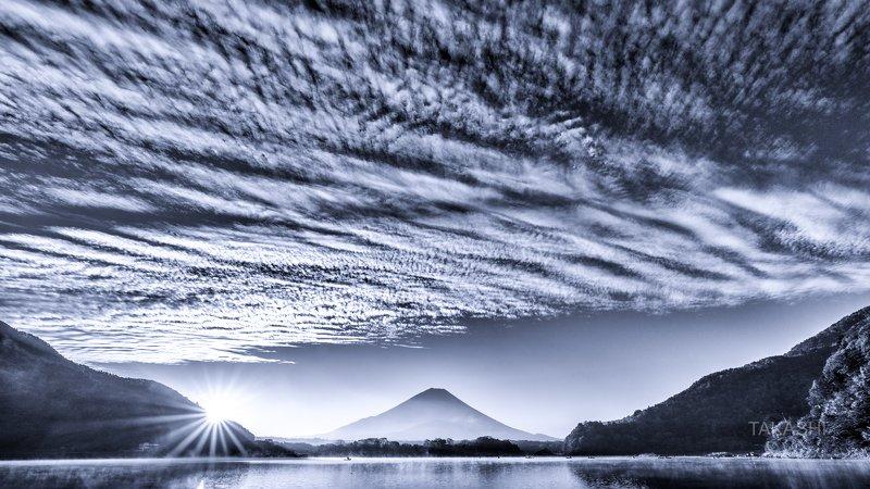 Fuji,Japan,mountain,clouds,lake,water,sunrise,sunshine A row of cloudsphoto preview