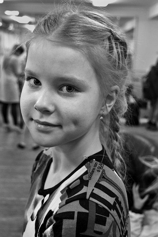 портрет, девушка, глаза, взгляд, апатиты, чб Ямочка на щекеphoto preview