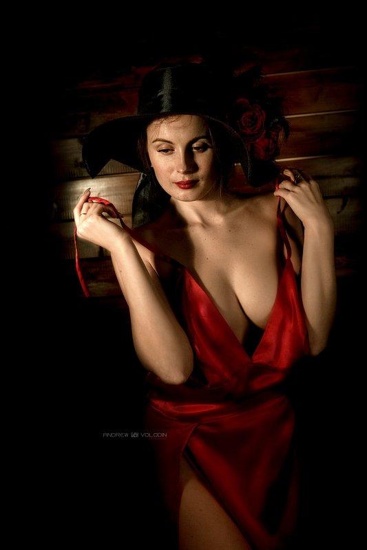 девушка раздевается бретельки платье красное портрет ню Красное платьеphoto preview