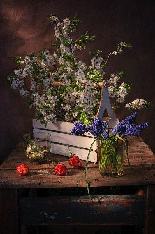 натюрморт,весна,клубника,цветы, Один раз в год сады цветут....photo preview