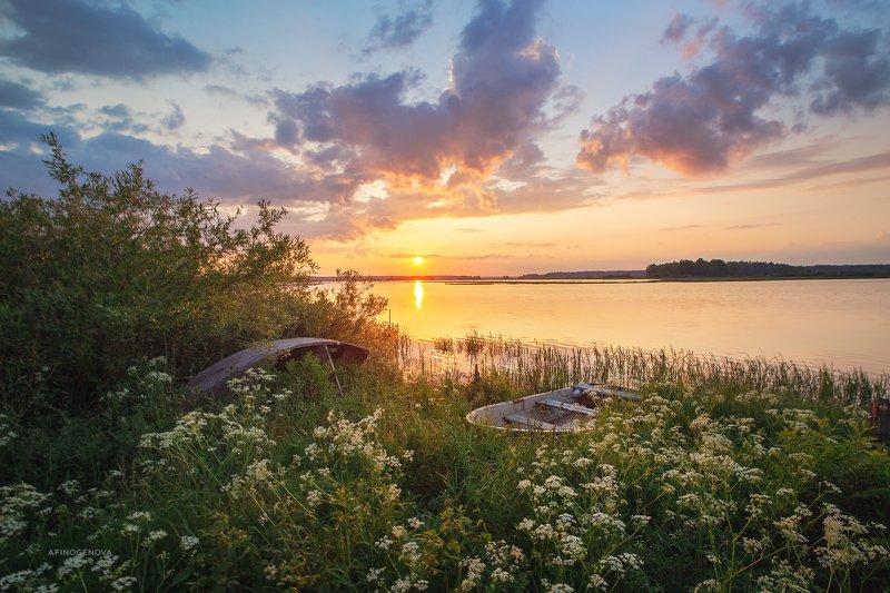 утро рассвет берег лодка солнце облака ###photo preview