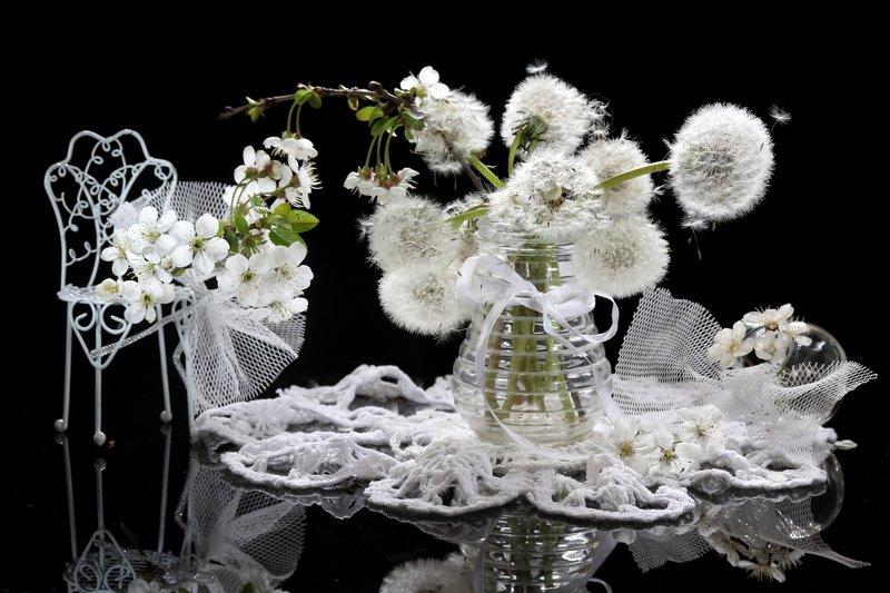 натюрморт, одуванчики, ваза, цветы, ветка вишни, салфетка Воздушныйphoto preview