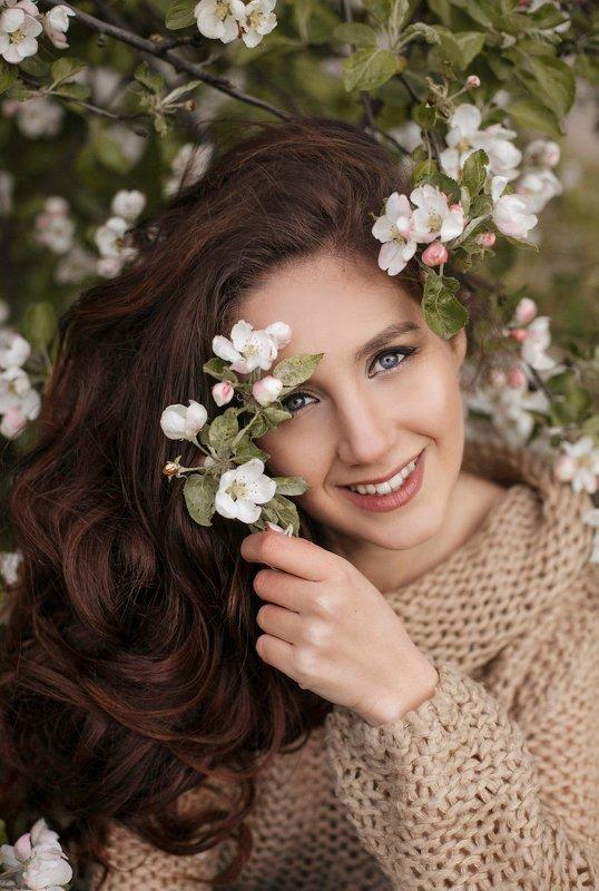 девушка,яблоня,цветы,наприроде,природа,женский портрет,волосы,взгляд,портрет Валерияphoto preview