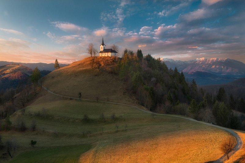 вечер, закат, холмы, горы, церковь, Словения Дорожка вьётся и бежит куда-то вдаль, за горизонт.. photo preview