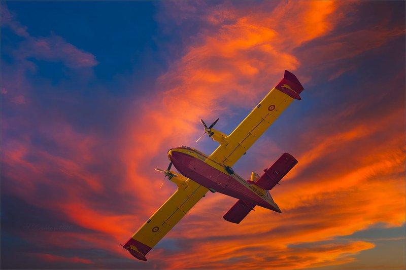 гидросамолёт, небо, облака, закат Против огняphoto preview