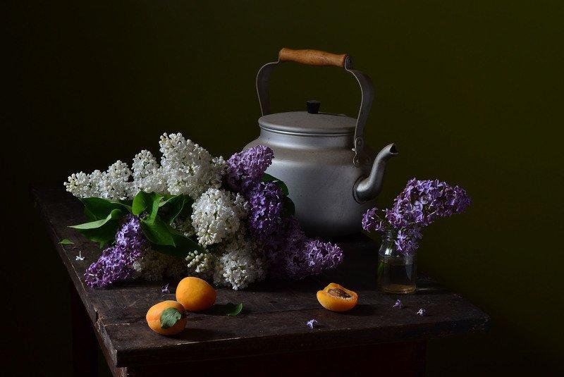 чайник, сирень, букет, стол, абрикос, баночка, июнь Этот букет сирени.photo preview