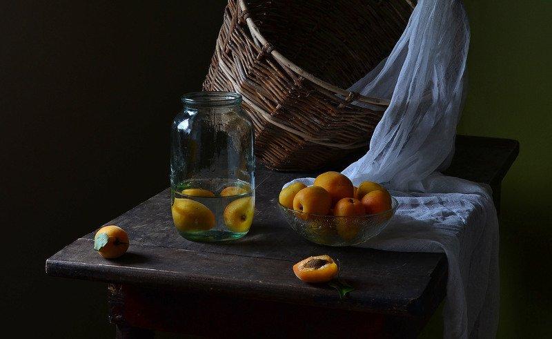абрикосы, банка, корзина, марля, старая, стол, натюрморт С абрикосами и старой банкой.photo preview