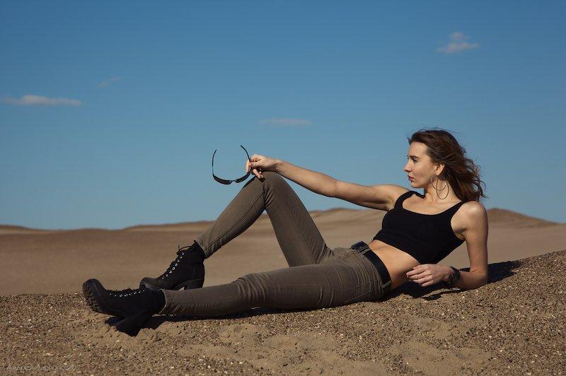 девушка,песок ***photo preview