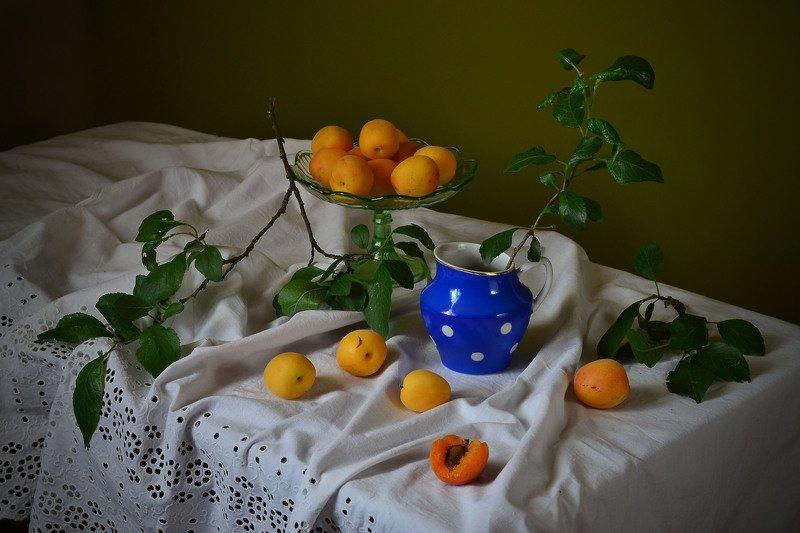 абрикосы, молочник, синий, листья, натюрморт Абрикосовый рай.photo preview