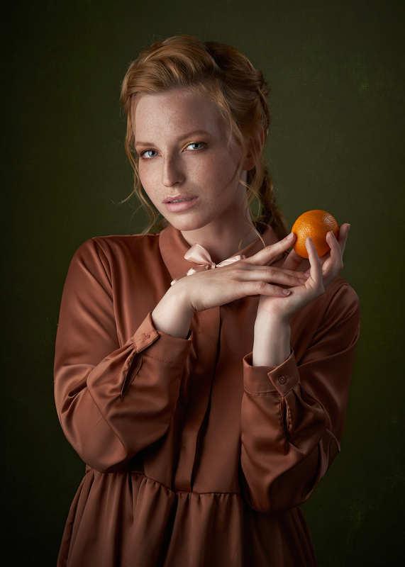 Девушка и мандаринphoto preview