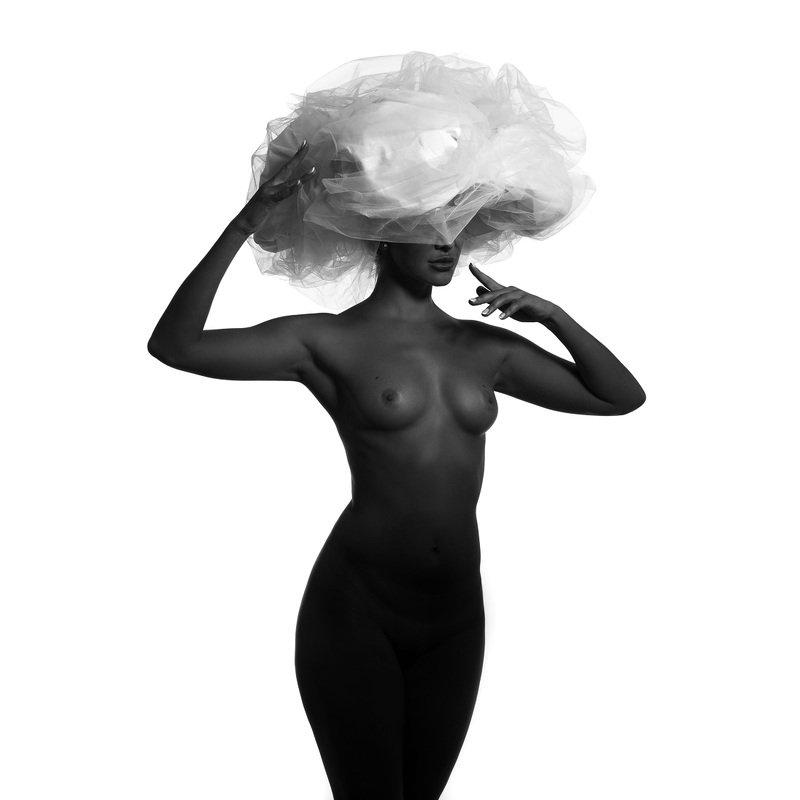 Чёрная модель и большая белая шляпа.photo preview