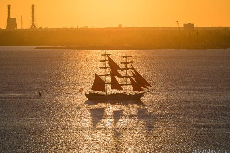 россия, петербург, финский залив, лето, закат, алые паруса Алые паруса и солнечная дорожка фото превью