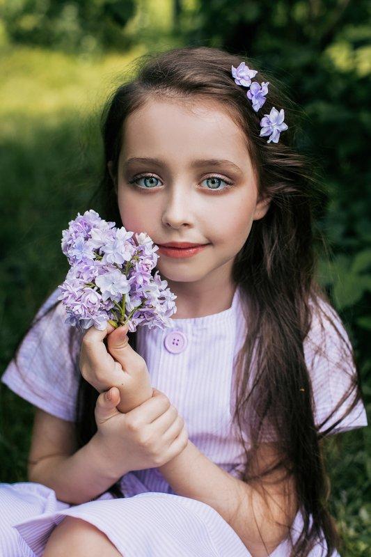 портрет,дети,ребенок,девочка,детский портрет,детский фотограф,сирень,цветение,парк, на природе,девочка девочка с сиреньюphoto preview