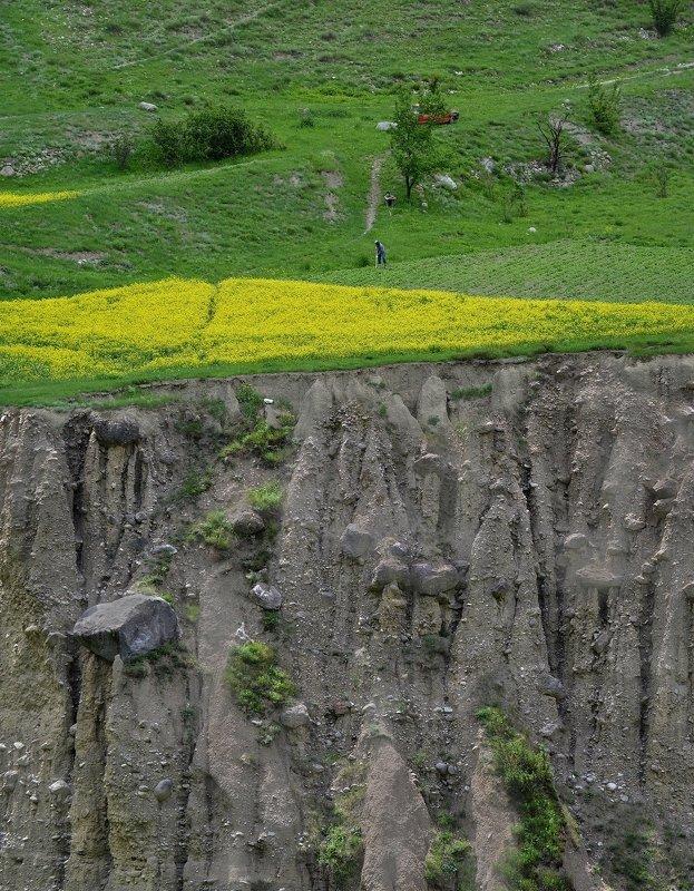 Кабардино-Балкария, Черекское ущелье, Верхняя Балкария, Северный Кавказ Огород на краю землиphoto preview