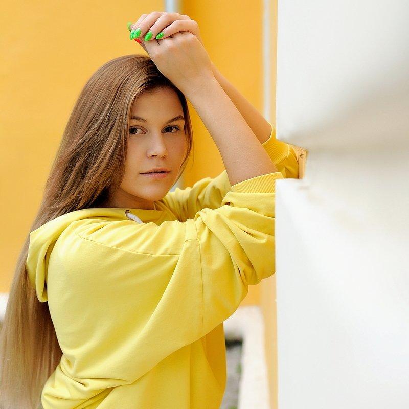 девушка,портрет, цвет, уличный портрет,girl, portrait, street portrait, color Color YELLOWphoto preview