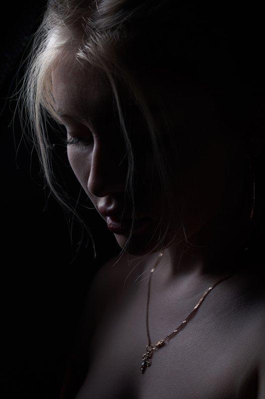 девушка, красивая, блондинка, профиль, темнота Нинаphoto preview