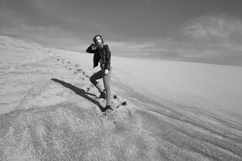 песок, девушка, следы Непроторенный путьphoto preview