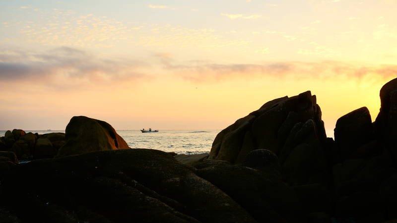 south korea, gangwondo, autumn, nature, morning, sunlight, sea, seascape, rock, backlight, fishing boat, cloud, horizontal Fishing boat in the morningphoto preview