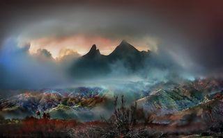 Красочный закат за силуэтами скал