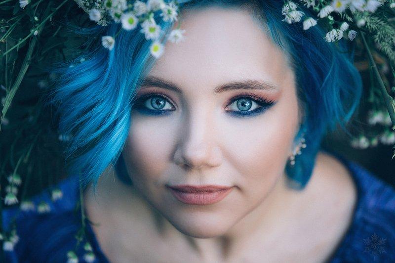 девушка синий волосы лес венок лето глаза Синие травыphoto preview
