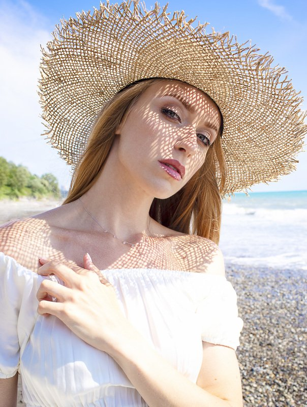 Девушка в соломенной шляпеphoto preview
