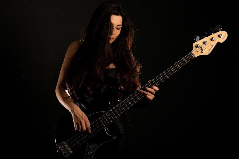 gitar bass women sawyn  FaMariaphoto preview