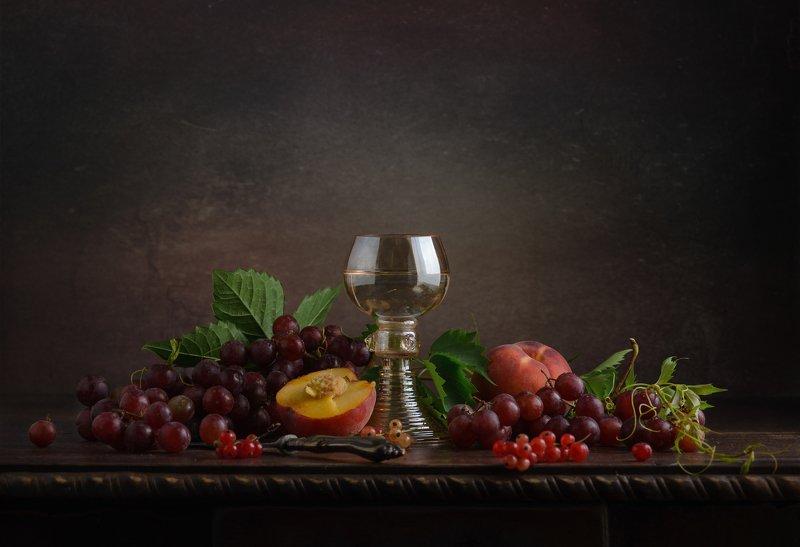 С бокалом и фруктамиphoto preview