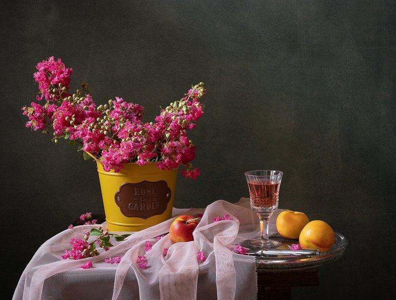 натюрморт, цветы Индийская сирень или Лагерстремия индийская (Lagerstroemia indica L)photo preview