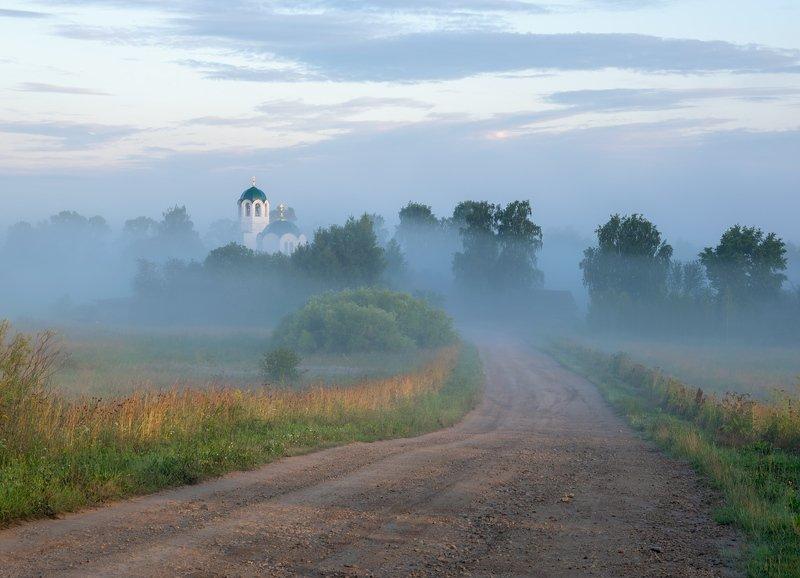 утро туман дорога село церковь Туманный рассвет в Завертнойphoto preview