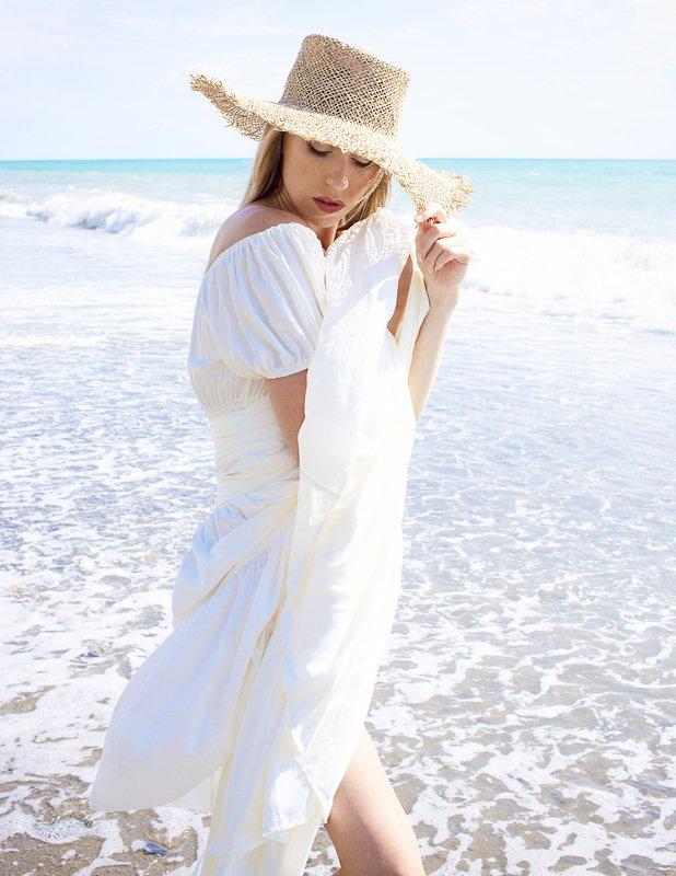 девушка в белом   Девушка в соломенной шляпеphoto preview