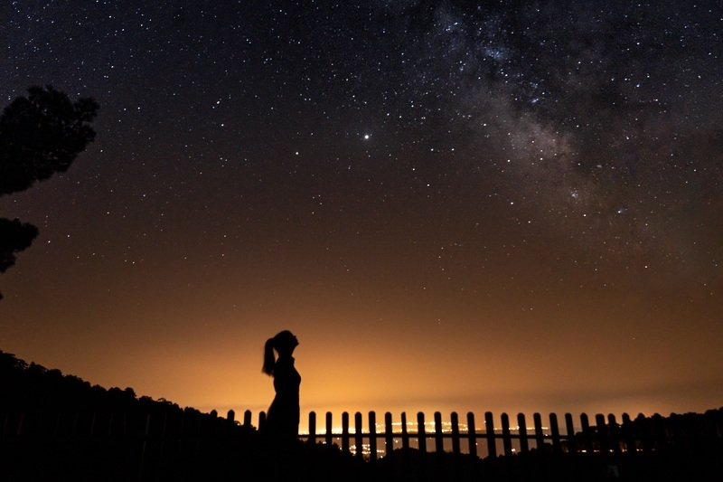 млечный путь звёзды ночь девушка силуэт Ночь в горахphoto preview