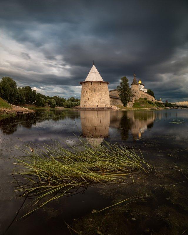 кром, псков, вечер, река, отражения, непогода, облака, небо Кром перед грозойphoto preview