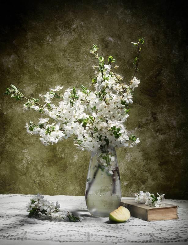 цветы,яблоко,книга,натюрморт Майские зарисовкиphoto preview
