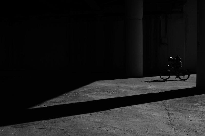 bnw, black and white, monochrome, minimalism, urban, city, street photography, street photo, город, улица, велосипед, свет, тень, ***photo preview