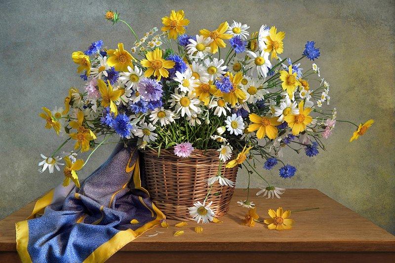 натюрморт,корзина,цветы,платок Букет цветов в корзинеphoto preview
