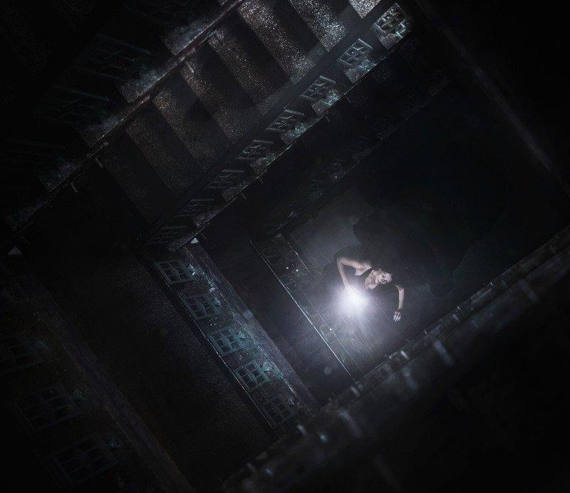 девушка,свет,лестница,тень Приближениеphoto preview
