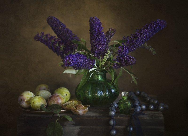 Букет цветов, сливы, бусы, зелёная ваза, будлея Сладкое, сочное, яркое летоphoto preview