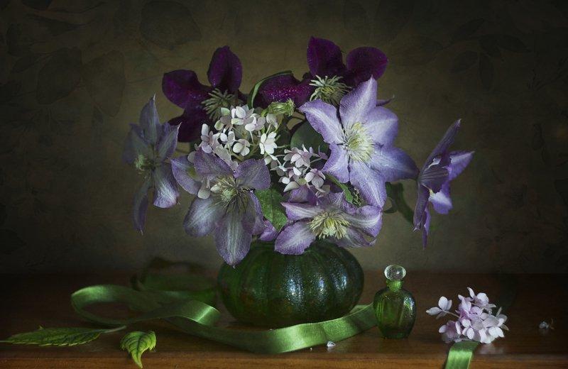 Букет цветов, клематисы. зелёная ваза, флакон духов, лента атласная Клематисы...photo preview