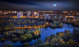 Живописная вечерняя городская панорама