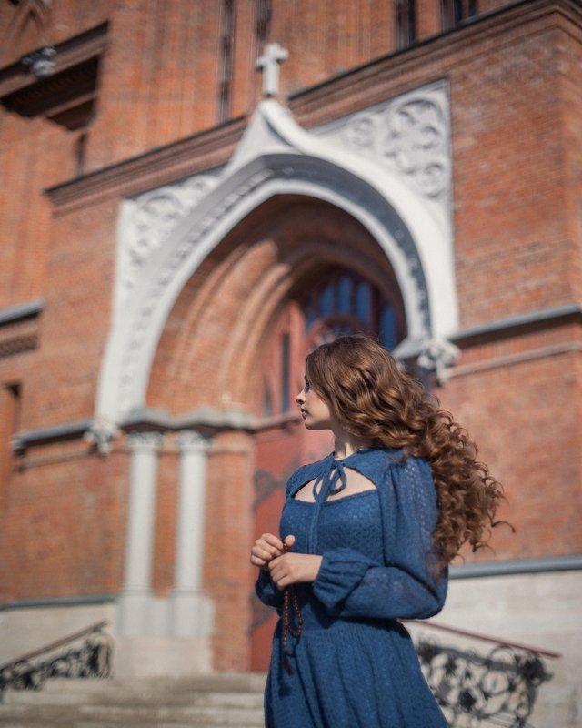 девушка церковь костёл Костёлphoto preview