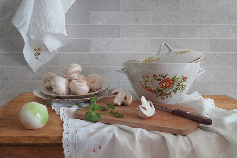 натюрморт,грибы,луковица,доска,тарелки,супница,нож Натюрморт с грибамиphoto preview