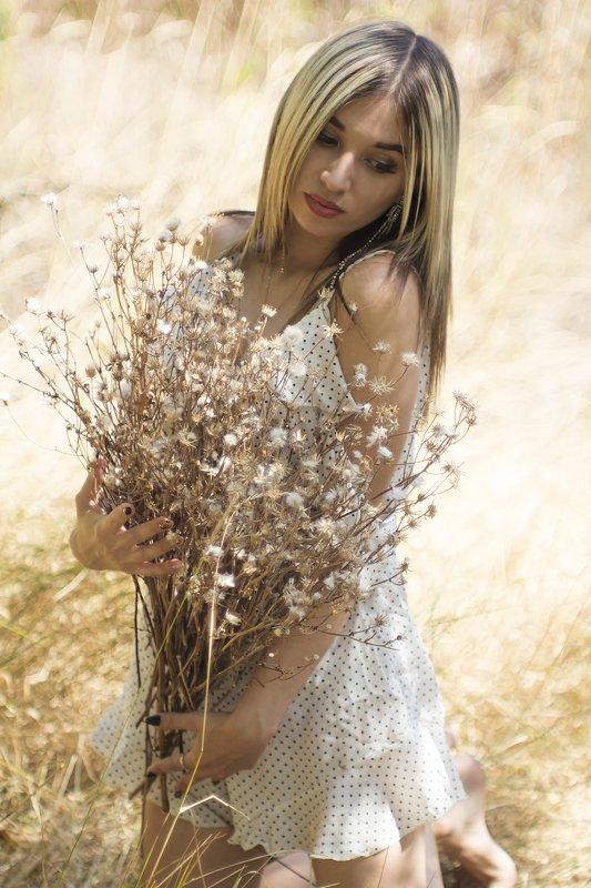 девушка, блондинка, сухие цветы, белое платье Кристинаphoto preview