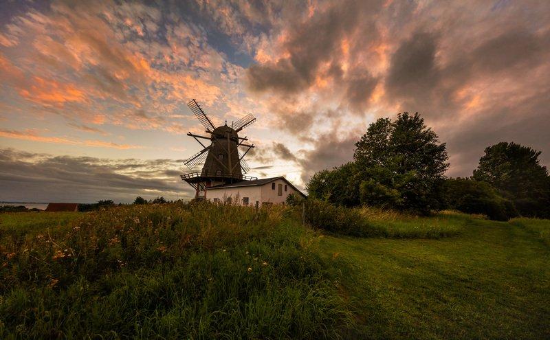 дания, деревня, мельница, вечер, закат, облака, Огненный закат в датской деревне.photo preview